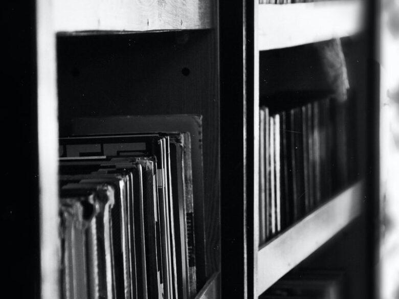 本棚のモノクロ写真